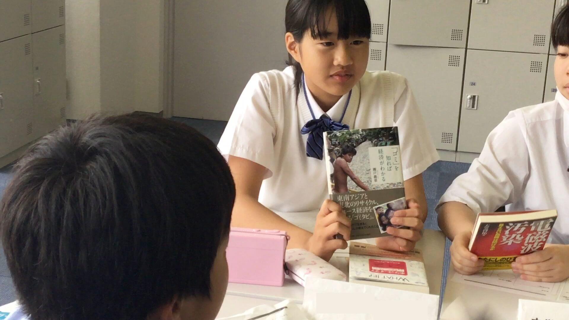 本の面白さを熱心にアピールする生徒