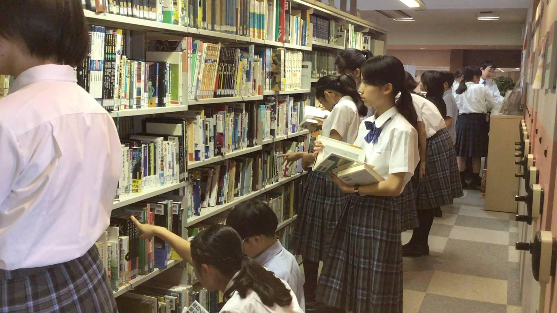 ワークショップのために本を選ぶ生徒たち