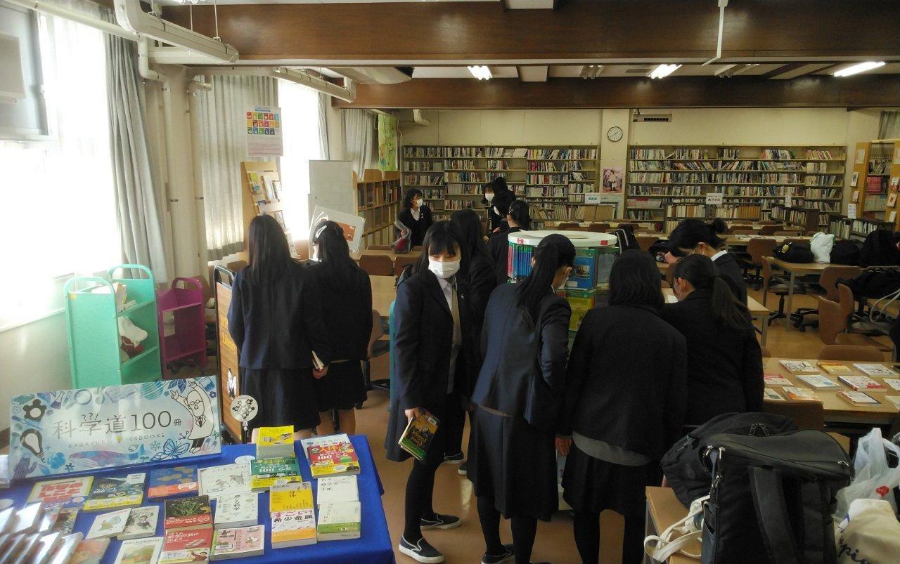 コロナウィルス感染防止の分散登校時の図書館での様子