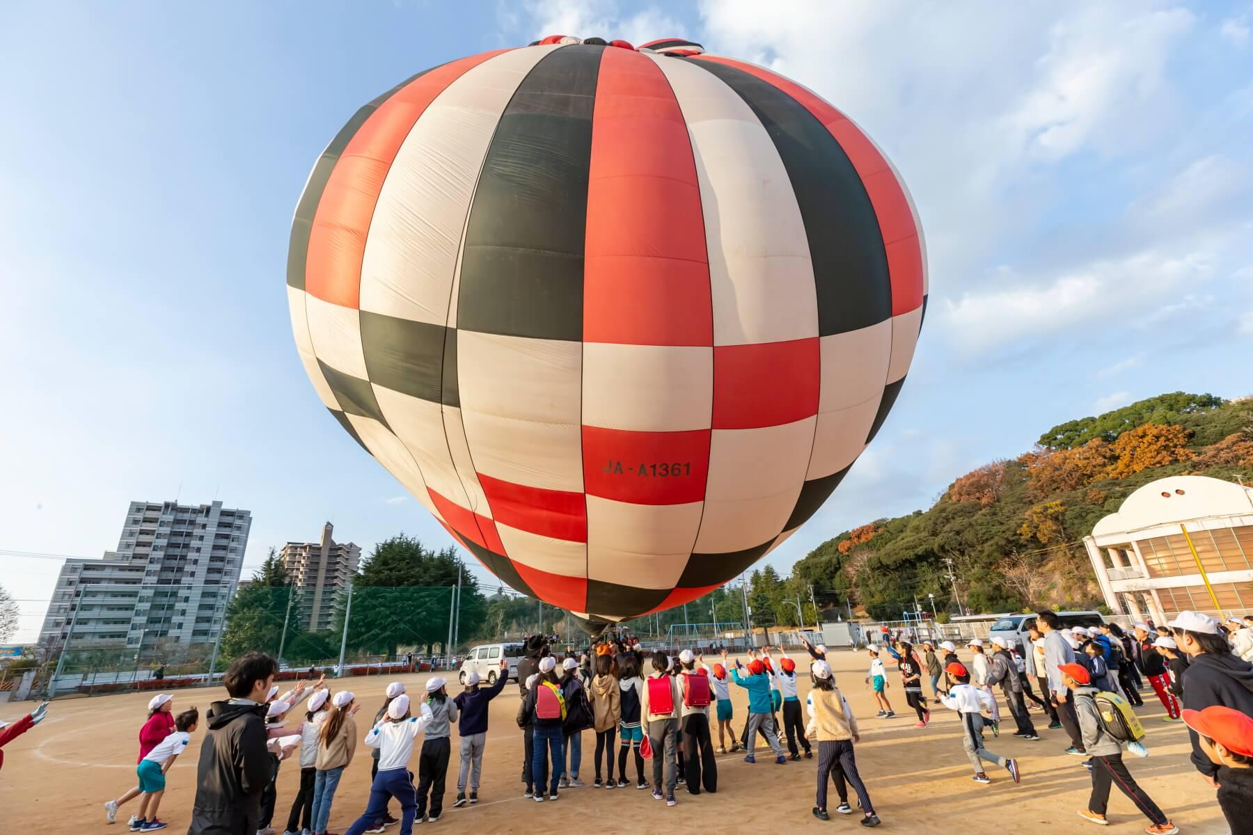 熱気球のカゴが浮き上がりそうになる瞬間