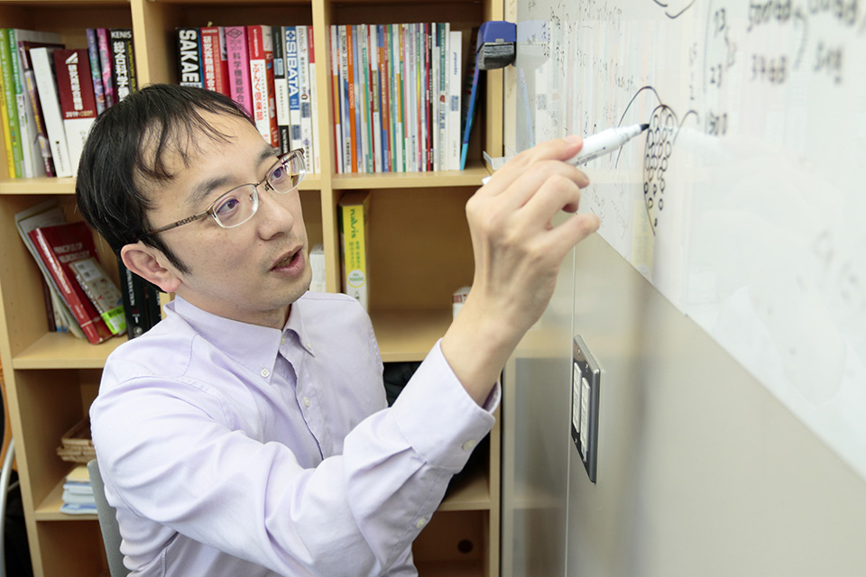 宮道和成博士がホワイドボートで自身の研究を説明をする画像
